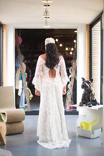 Robe de mariée bohème Quiqui Lamothe en dentelle de Calais coton dos nu terminé par un laçage fin et de petits boutons recouverts de soie et son bonnet de dentelle fine