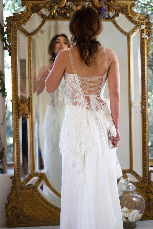 dos-nu-lace-esssayage-robe-mariee-bustier-dentelle-boheme-chic-mariage-saint-remy-quiquilamothe-atel
