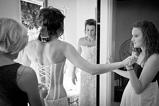 Robe de mariée Quiqui Lamothe bustier dos nu lacé transparent et plastron dentelle et sa jupe assortie, essayge en famille, phot de Médéric, Bleu Citron Prod
