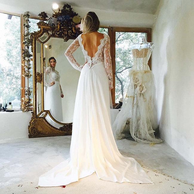 Robe de mariée sur mesures Quiqui Lamothe, haut en dentelle dos nu à manches et jupe longiligne à traine fluide qui se remonte