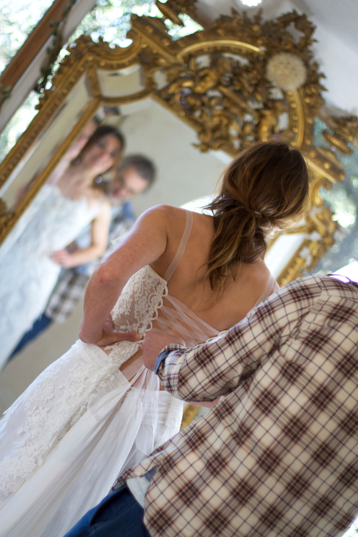 robe-mariee-dos-nu-lace-bustier-dentelle-boheme-chic-amour-couple-essayage-laçage-mariage-chic-saint