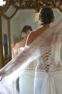 Robe de mariée Quiqui Lamothe bustier graphique dentelle et galon dos lacé, jupe taille basse fluide en satin de soie