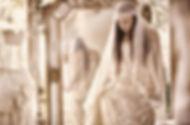 Robe de mariée bohème Quiqui Lamothe corsetée lacée en dentelle de Calais et son voile rétro