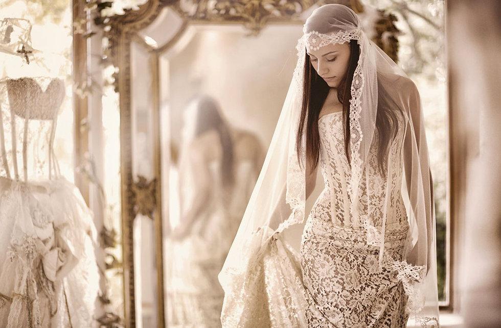 Robe de mariée bustier Quiqui Lamothe en dentelle de Calais coton effet transparent jupon nude, photo prise par Félicia Susco à l'Atelier