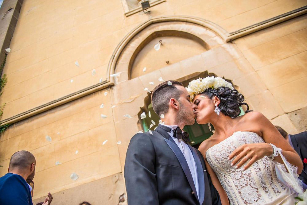 aix-en-provence-mariage-lyunes-provence-couronne-de-fleurs-quiqui-lamothe-eglise-sortie-baiser-petal
