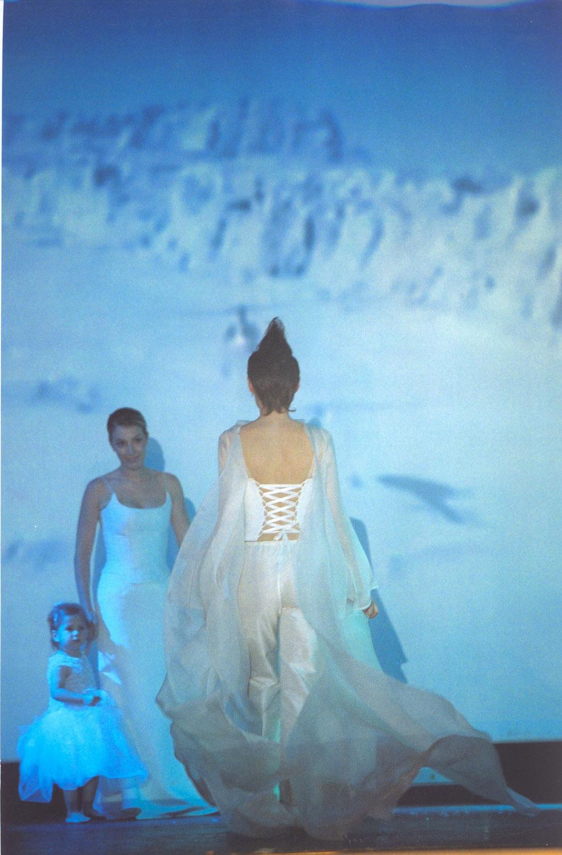 2-defile-quiqui-lamothe-creatrice-designer-robes-de-mariees-de-provence-pantalon-manteau-organza-mar