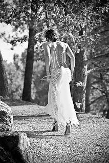 Robe de mariée Quiqui Lamothe bustier dos lacé en organza plastron dentelle et sa jupe en dentelle, phot Médéric de Bleu Citron prod
