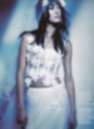 Robe de mariée Quiqui Lamothe bustier déstructuré en organza, comme un bouquet de marguerites et sa petite coccinelle, photo du magazine mariages
