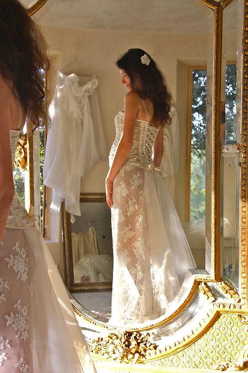 Robe de mariée dentelle Quiqui Lamothe bustier sur mesures pour une mariée enceinte, jupon nude