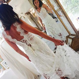 Robe de mariée dentelle Quiqui Lamothe, haut dentelle dos nu lacé et sa grande jupe dentelle à traine qui se rmonte devant et derrière
