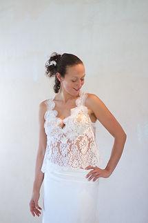 Robe de mariée bohème Quiqui Lamothe composée d'un haut en dentelle décolleté V et sa jupe taille basse drapée