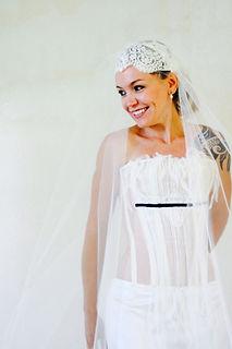 Robe de mariée bustier organza dos nu rock à agrafes géantes Quiqui Lamothe bustier organza et plastron petit plissé vertical d'organza souligné d'un ruban noir
