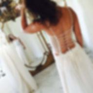 Robe de mariée Quiqui Lamothe bohème avec un bustier plastron dentelle customisé avec de la terre et des svarovskis