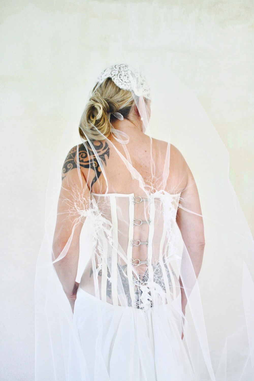 dos-nu-rock-agrafes-boheme-hippie-chic-robe-de-mariee-bustier-transparent-mariage-saint-remy-quiquil