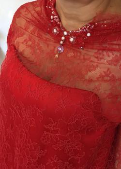 dentelle-calais-rebrodee-tenue-mariee-mariage-sur-mesures-luxe-haute-couture-satin-soie-rouge-quiqui