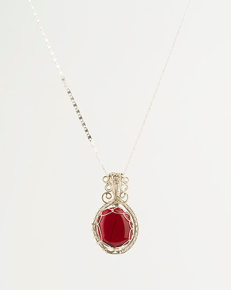 Dije vintage rojo con collar de plata
