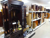 仏壇に合わせた仏具をセットで展示