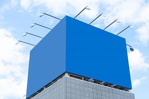 青い看板とライト