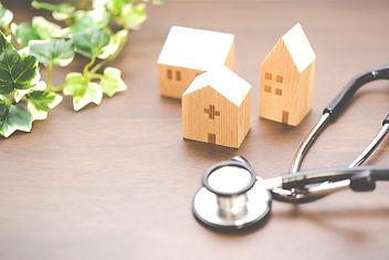 聴診器と木の病院模型