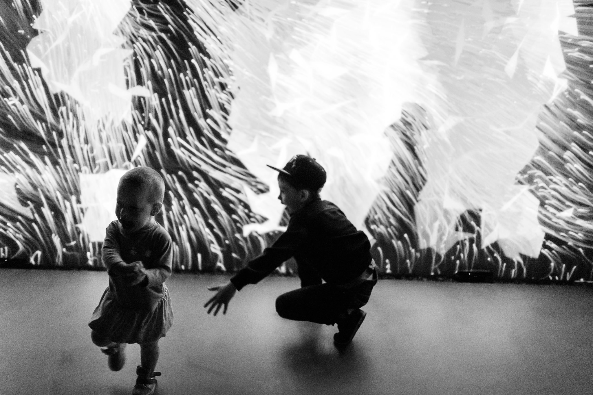 Дети на фоне проекции