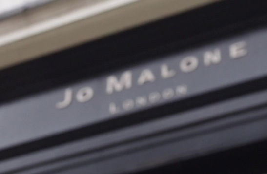 For this collaboration, we found ourselves in Jo Malone London's chic Sloane Street boutique. After assessing the space available, we photographed the store, produced a video and a high-quality article detailing the brand's services.