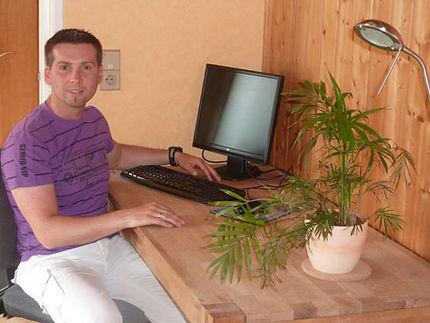 Schreibtisch mit PC und LAN/WLAN
