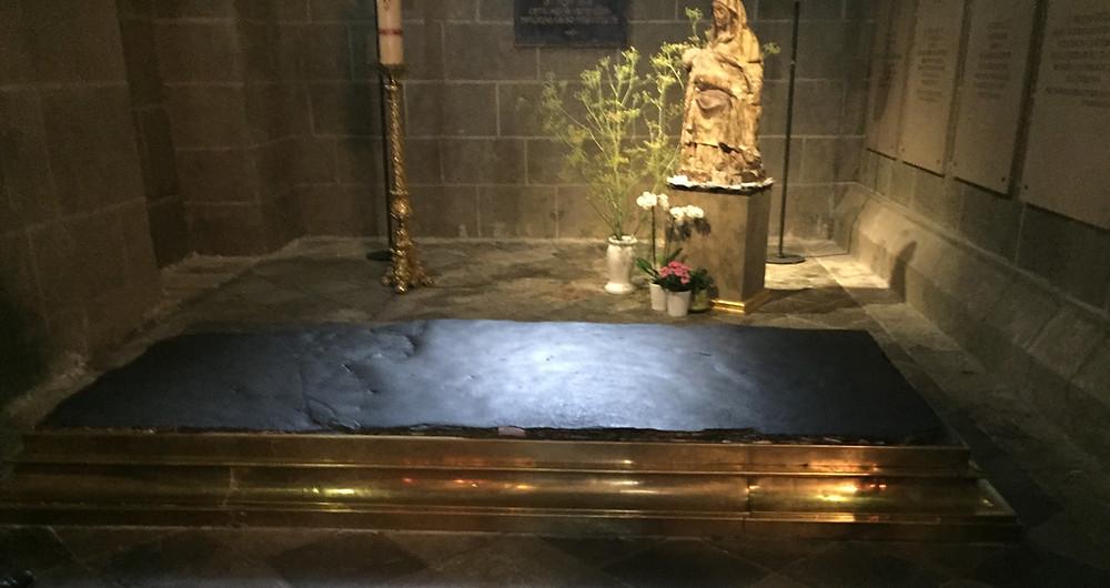 Pierre de guérison dans la cathédrale du Puy en Velay