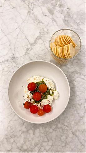 queijo, molho pesto, tomate cereja e bolachinhas