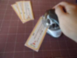 栞の角を丸くカットしている写真