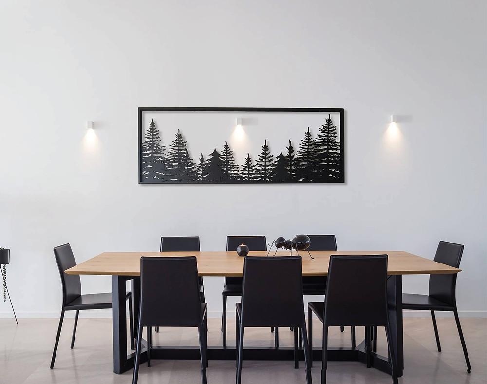 תמונת ענק של יער בשכבות מתכת מעל פינת אוכל
