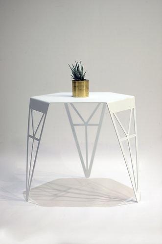 רהיטים  שולחן מתכת גאומטרי בטכניקת כיפוף וחיתוך לייזר
