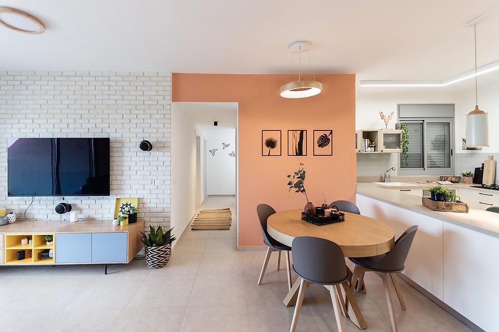בית שעיצבה שושה תמונות עלים על רקע קיר צבעוני
