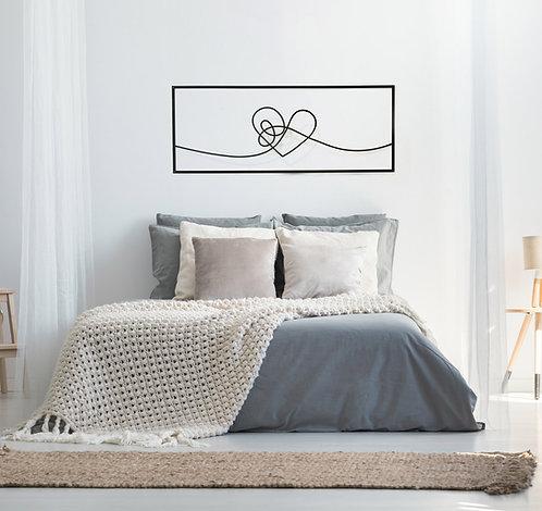 תמונת לב מסובך בקו אחד מעל מיטה