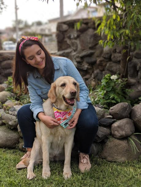 Paulina y su perro mimado con su pañoleta Runas