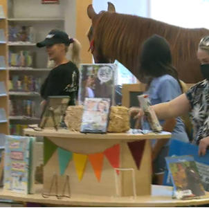 'Hank the Horse' visits the Cynthiana library to encourage reading