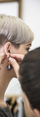 femme et boucle d oreille .jpg