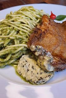 Espaguete ao molho pesto com sobrecoxa e manteiga de ervas