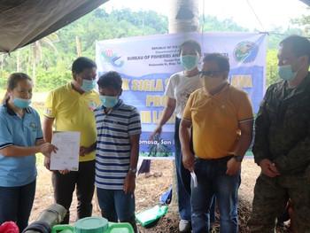 Army, BFAR, LGU deliver Livelihood Assitance to former rebel IPs in San Miguel