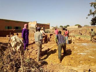 Cinq à huit personnes  chaque jour sur le chantier du jardin d'enfants