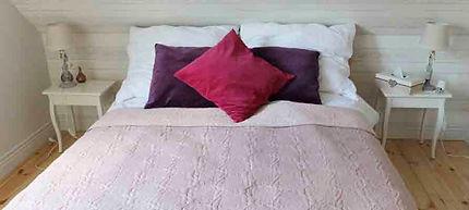 romantyczna sypialnia z podwójnym łóżkiem na piętrze