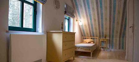 duży pokój z dwoma pojedynczymi łóżkami i miejscem do pracy lub zabawy na piętrze