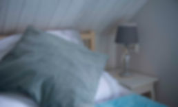 sypialniaz dwoa pojedynczymi łóżkami na piętrze