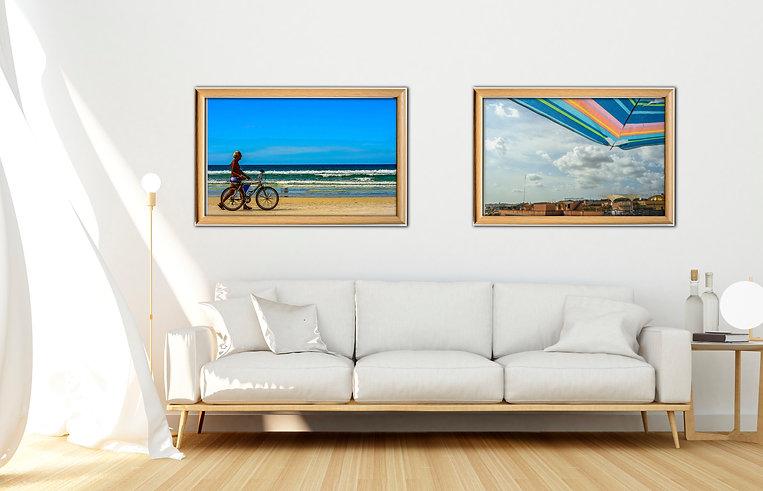 Quadros de praia e mar decorando ambiente com sofá branco.
