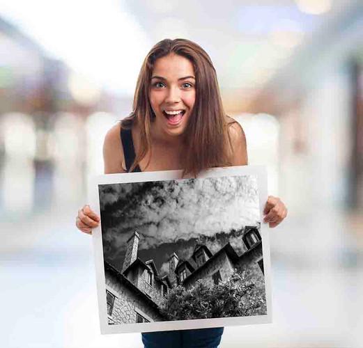 mulher-sorridente-segurando-quadro-smiling-woman-holding-frame