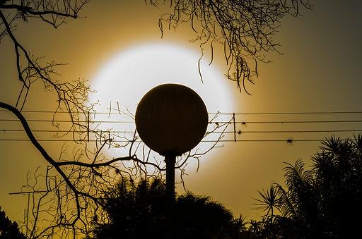 Fotografia fine art da silhueta do sol em poste fazendo notas musicais.