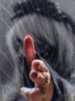 Fine art na mira da viúva, mulher sinistra apontando dedo entre teias de arranha
