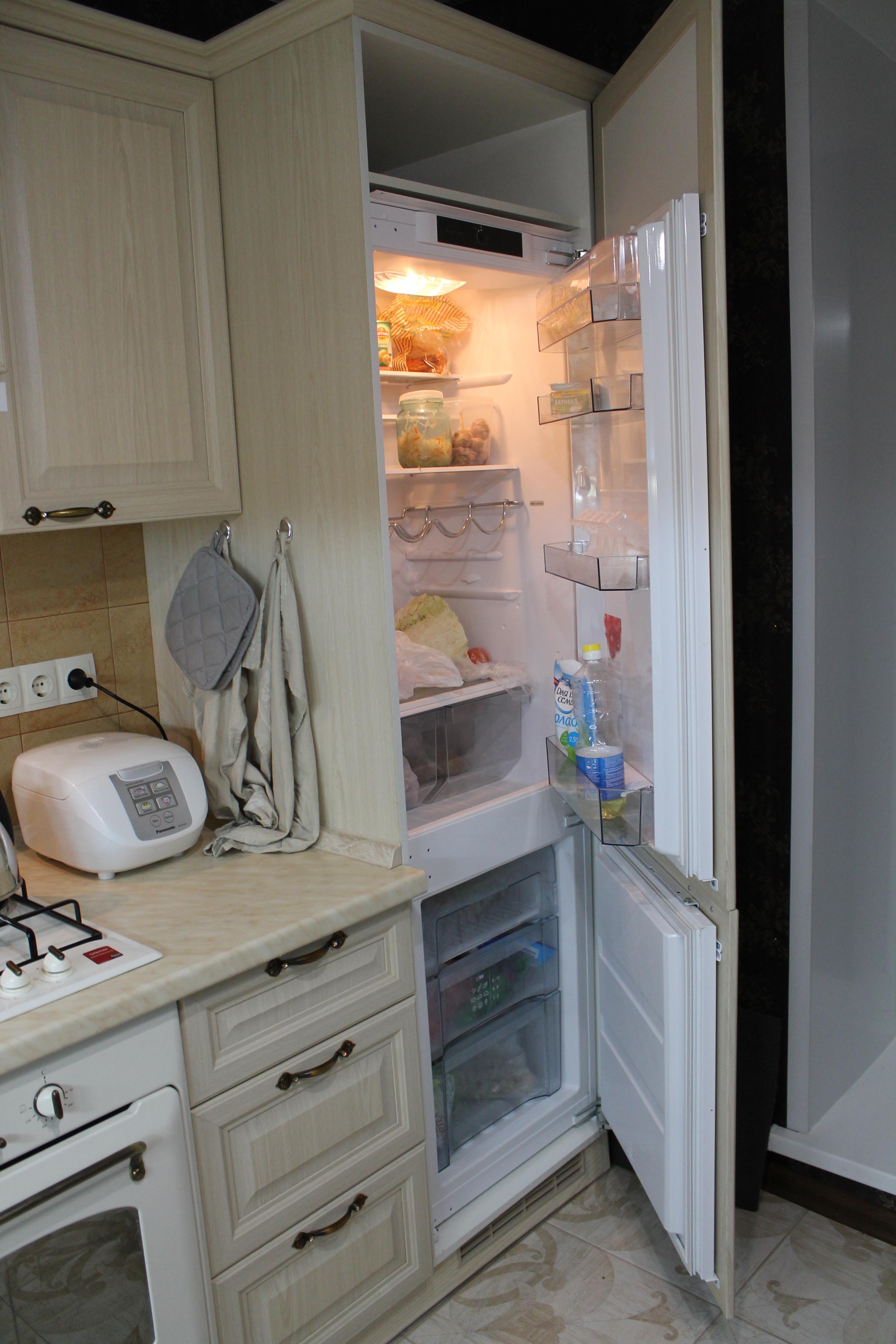 встроенный холодильник на кухне.JPG