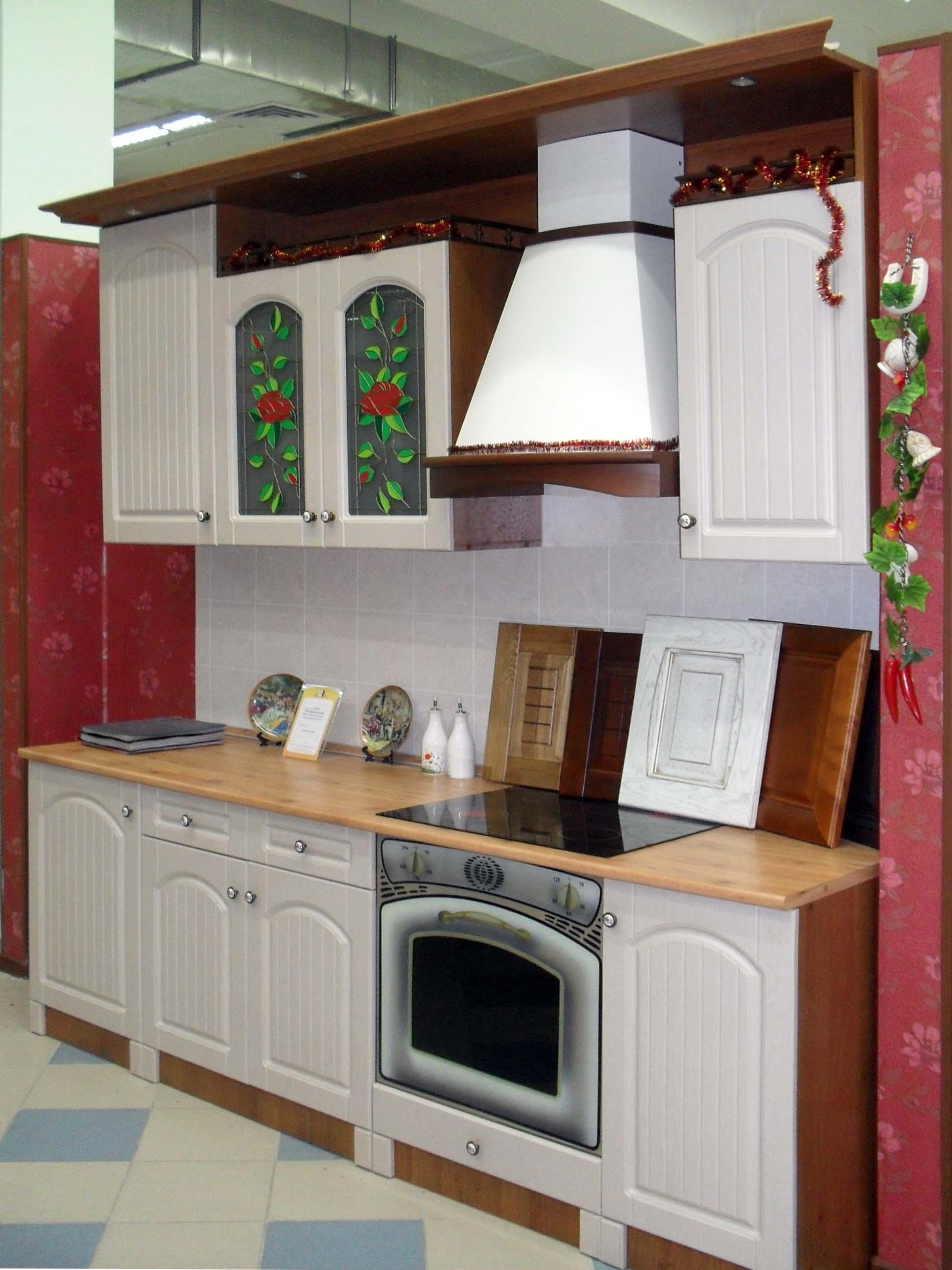 классическая кухня в салоне мебели