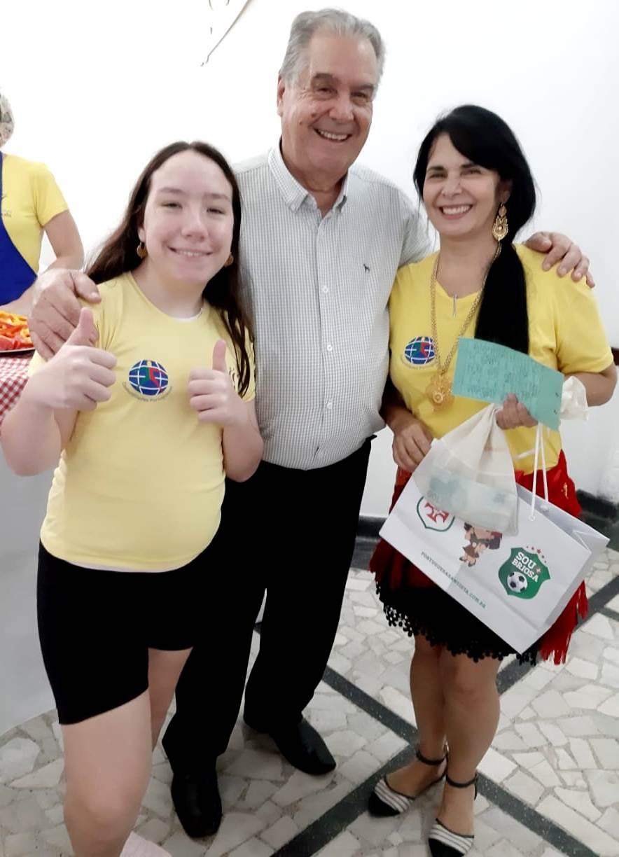O diretor Social Vasco de Frias Monteiro ladeado pela menina Marcela e a jovem Diná