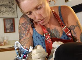 Han encontrado en la piel partículas de metales pesados procedentes de las aguas de tatuaje
